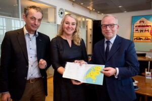 Op de foto vlnr Peter de Koeijer, waterportefeuillehouder LTO, minister Schultz en Albert Jan Maat, voorzitter LTO.